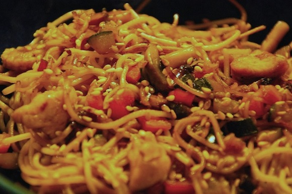 nouilles chinoises poulet legumes Une pointe dexotisme   Nouilles chinoises au poulet et aux légumes croquants