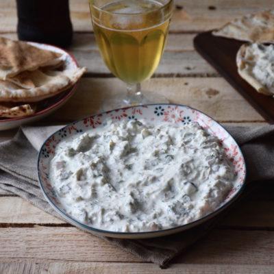 Tavuk salata (genre de tzatziki au poulet et aux cornichons)