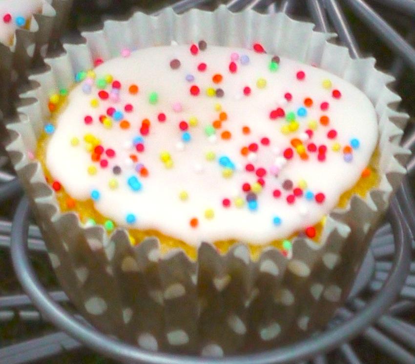 P1040615bis blanc La folie des cupcakes et des muffins 1   Pyramide de cupcakes