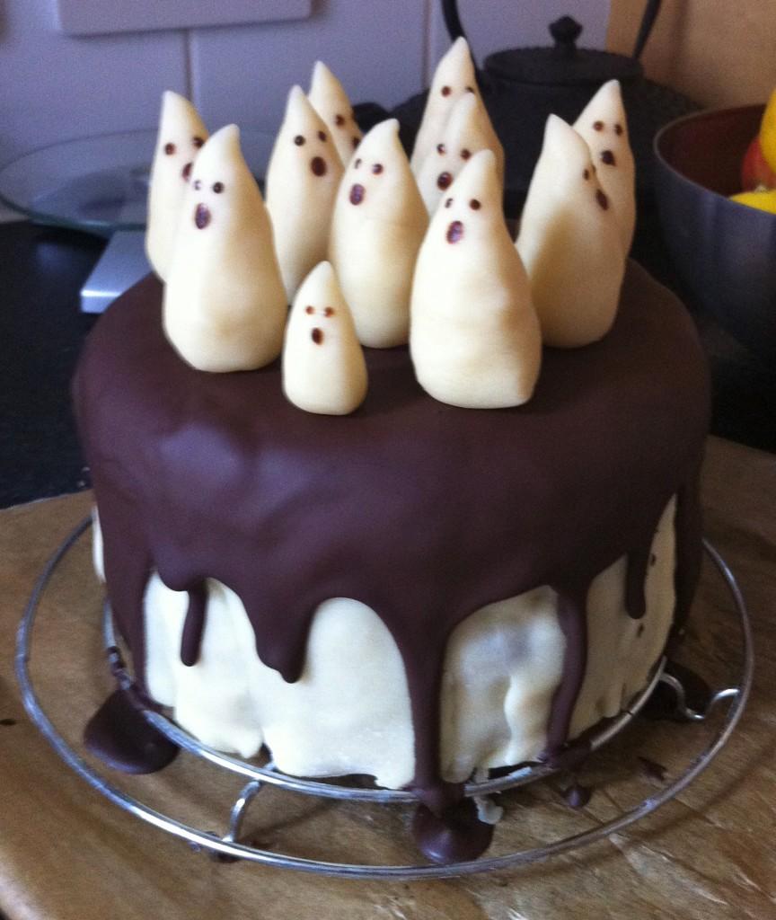 IMG 0435 864x1024 Tuto décoration de gâteau facile   Gâteau fantôme chocolat pâte damande