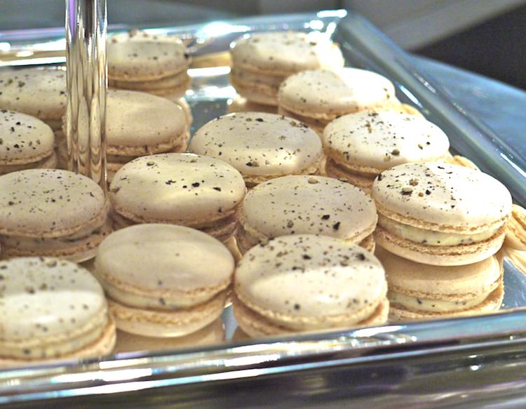 Macarons boursin poivre Les échapées belles de Morganne Bello   Buffet salé Comme du sucré...