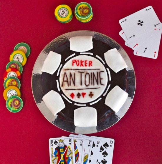 Gâteau Poker (Sky-high au chocolat croustillant, glaçage noir brillant jeton de poker)