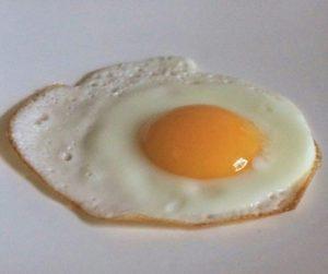 oeufs sur le plat 300x251 Le point sur les œufs   Trucs, astuces et cuisson des œufs en vidéo