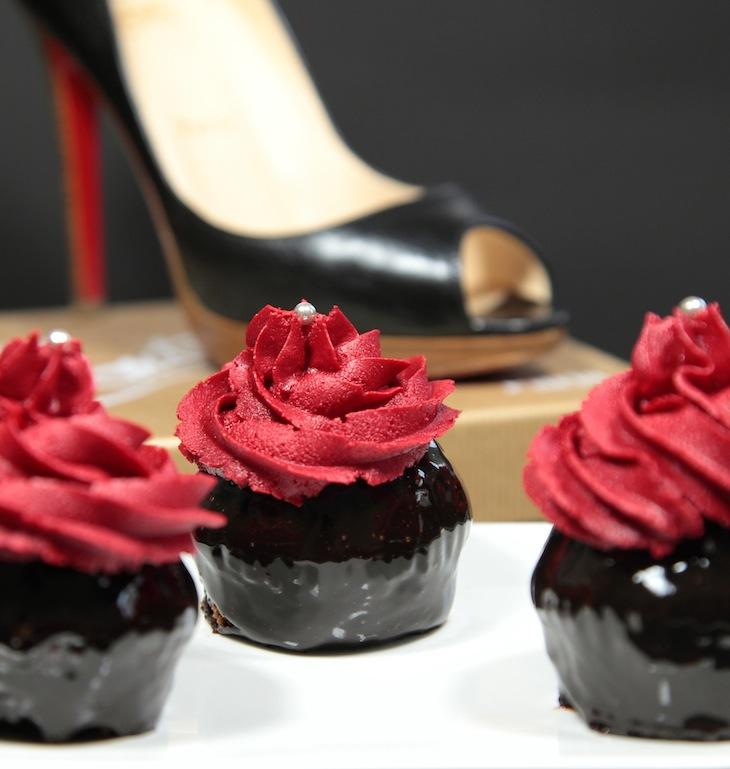 Cupcakes Louboutin (chocolat noir brillant, glaçage vanille rouge)
