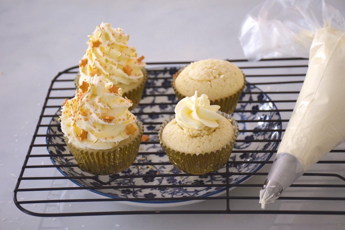 Glaçage coco des cupcakes blancs