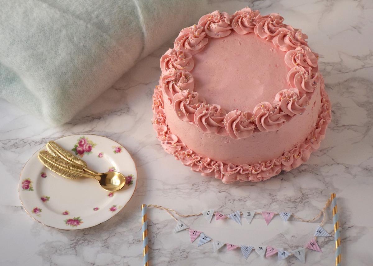 G teau vanille framboise buttercream meringue suisse - Que mettre dans un gateau de couche ...