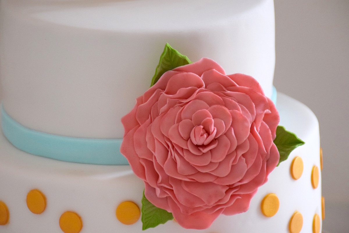 Wedding Cake à pois or et fleur rose