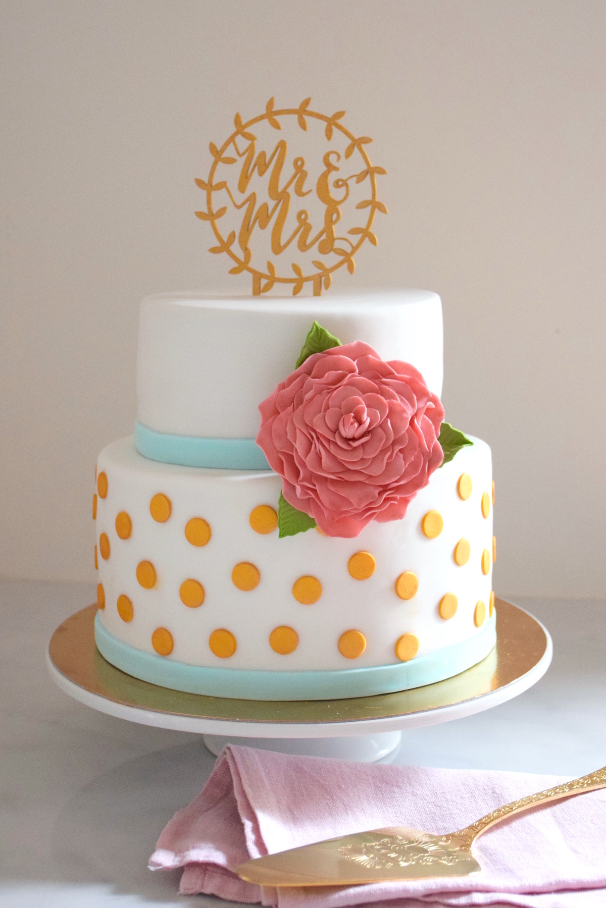 Wedding Cake pois or et fleur rose