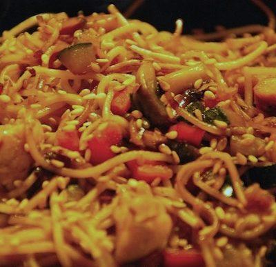 Nouilles chinoises au poulet et aux légumes croquants