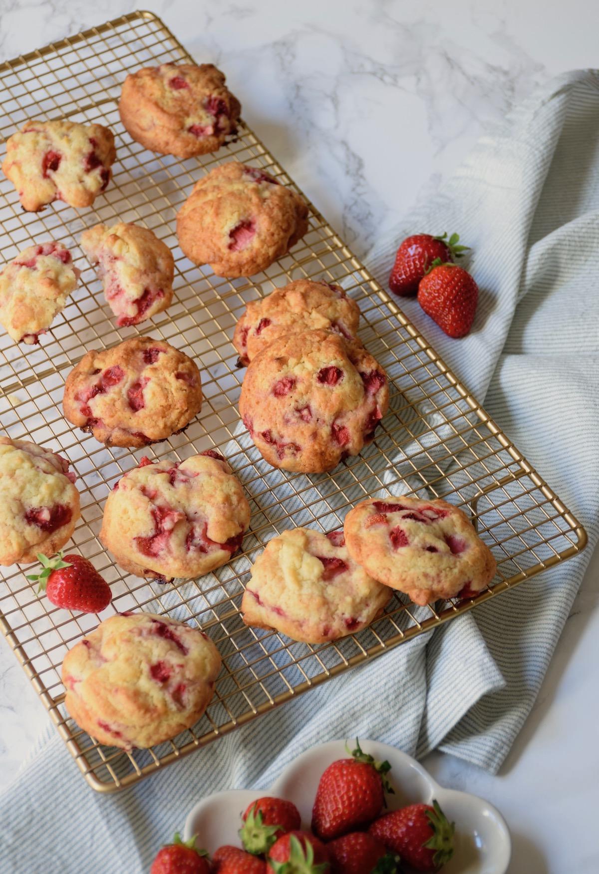 Cookies ou biscuits aux fraises fraîches